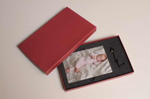 "fotoflōt mini in crimson red gift box - the ultimate gift - 6""x4"""